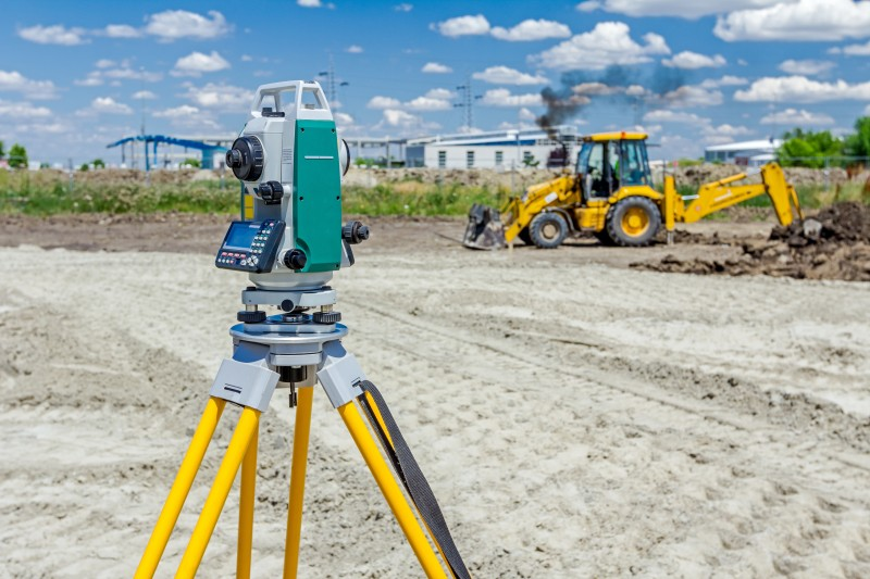 Geodesist device, is working with total station on a building si